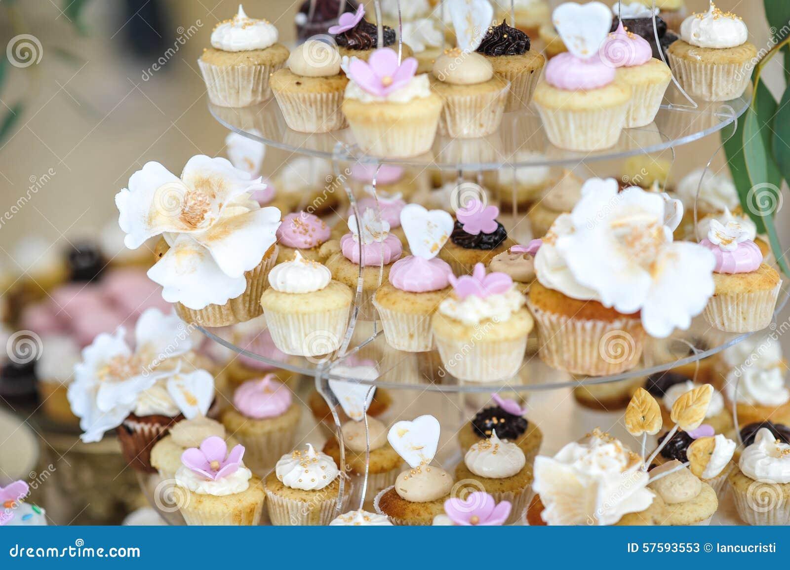 Hochzeitsdekoration Mit Pastell Färbte Kleine Kuchen, Meringen, Kuchen Deko