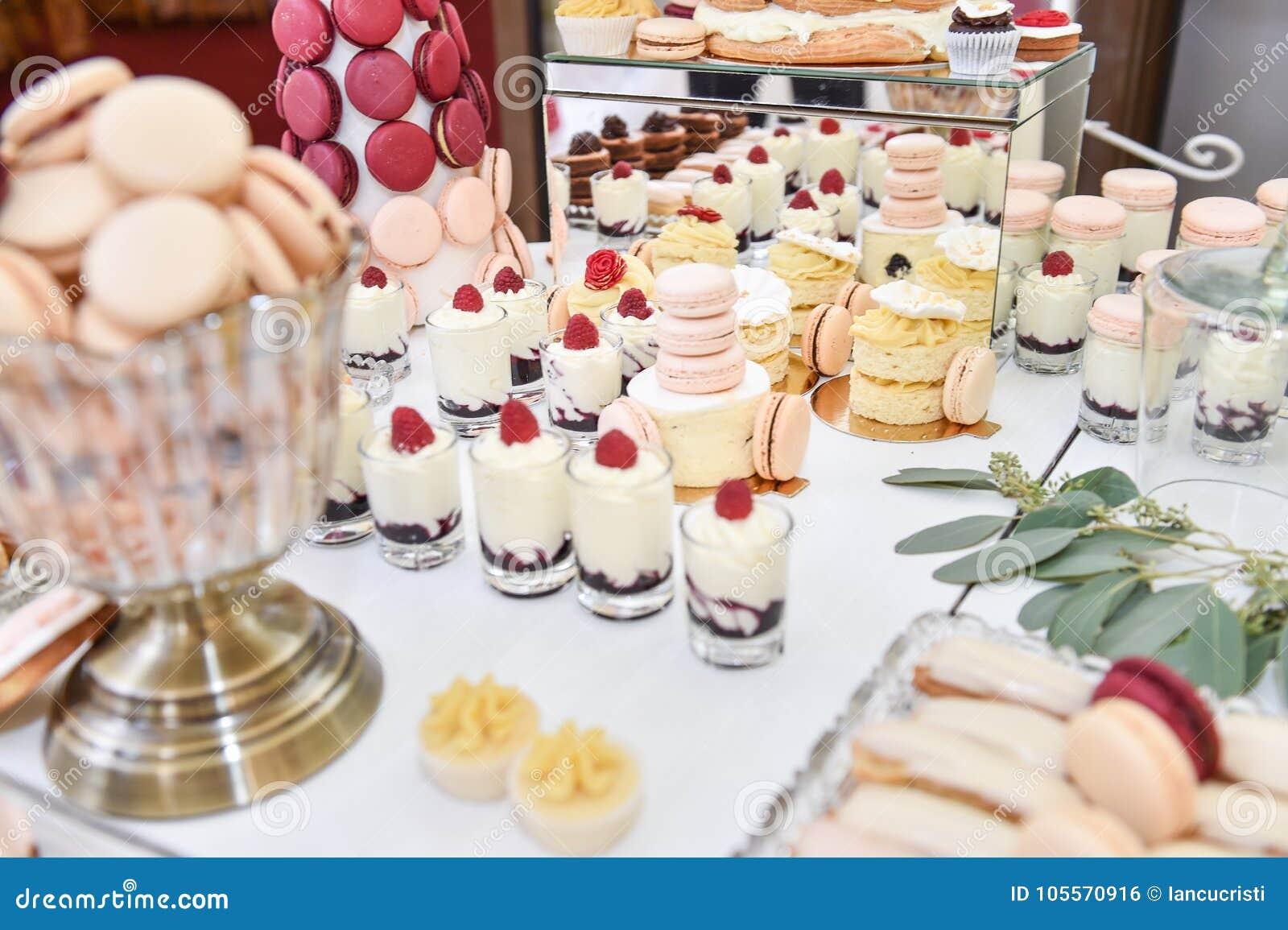 luxuriose kleine kuche, hochzeitsdekoration mit pastell färbte kleine kuchen, meringen, Design ideen