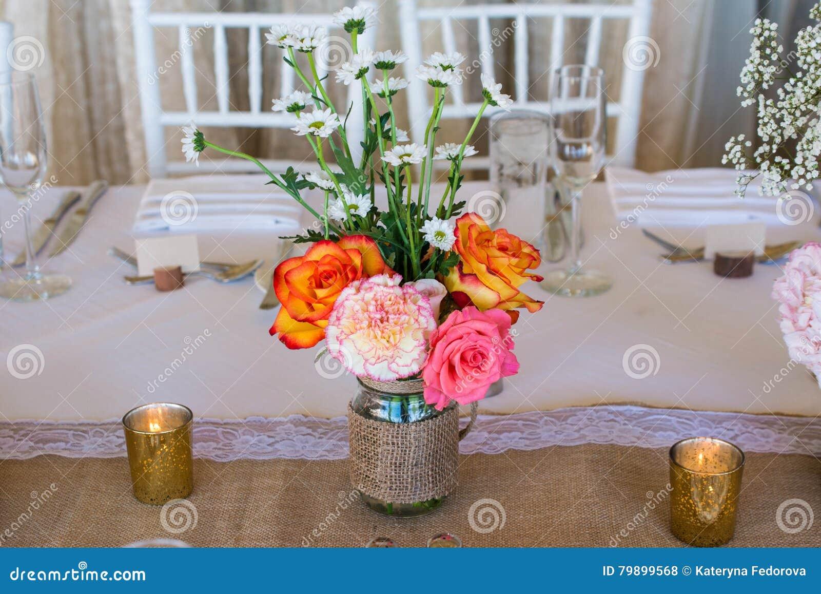 Hochzeitsdekoration Mit Rosa Blumen Goldkerzen Und Stieg Romantisch