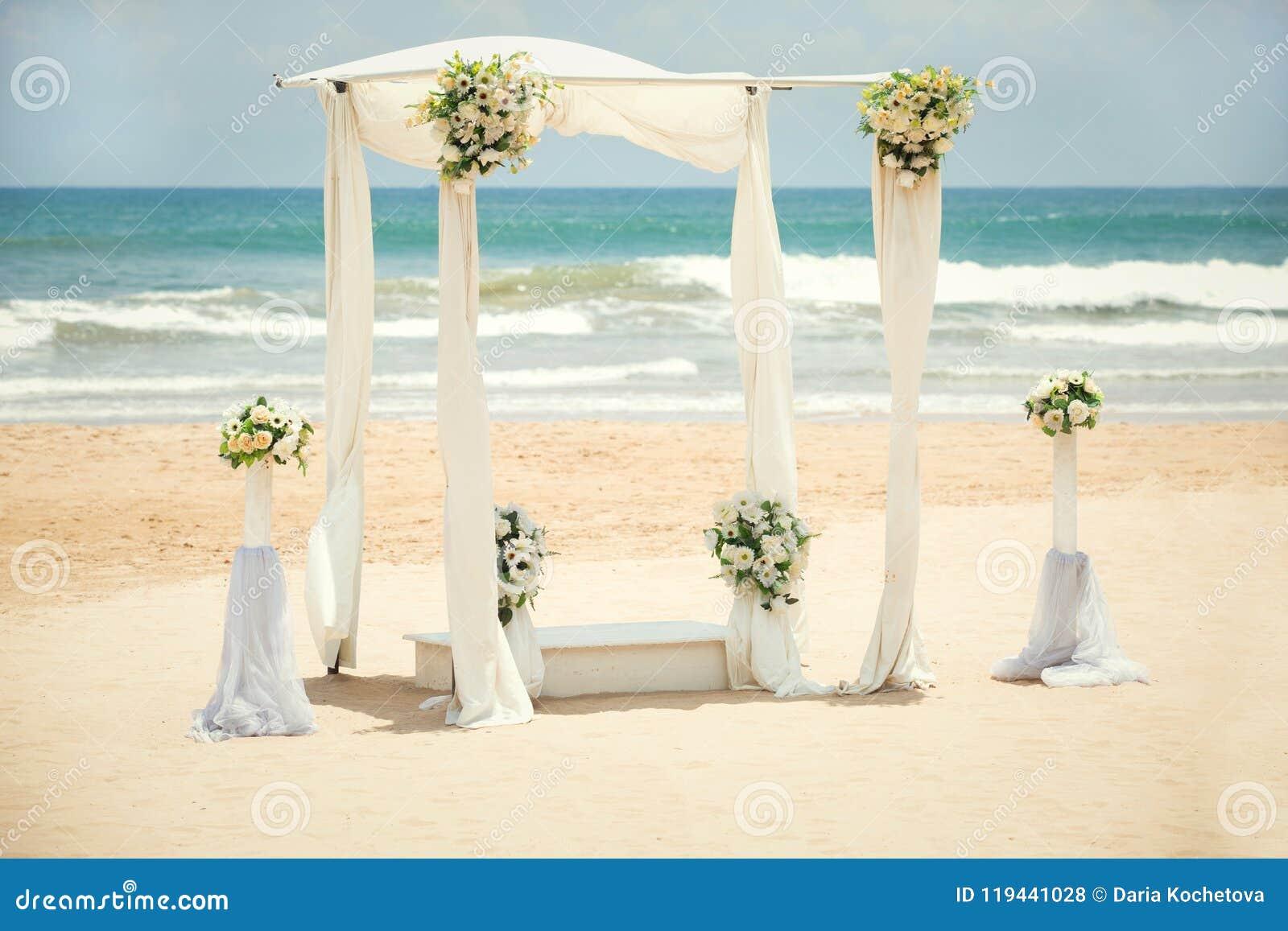 Hochzeitsdekorationen auf dem Strand