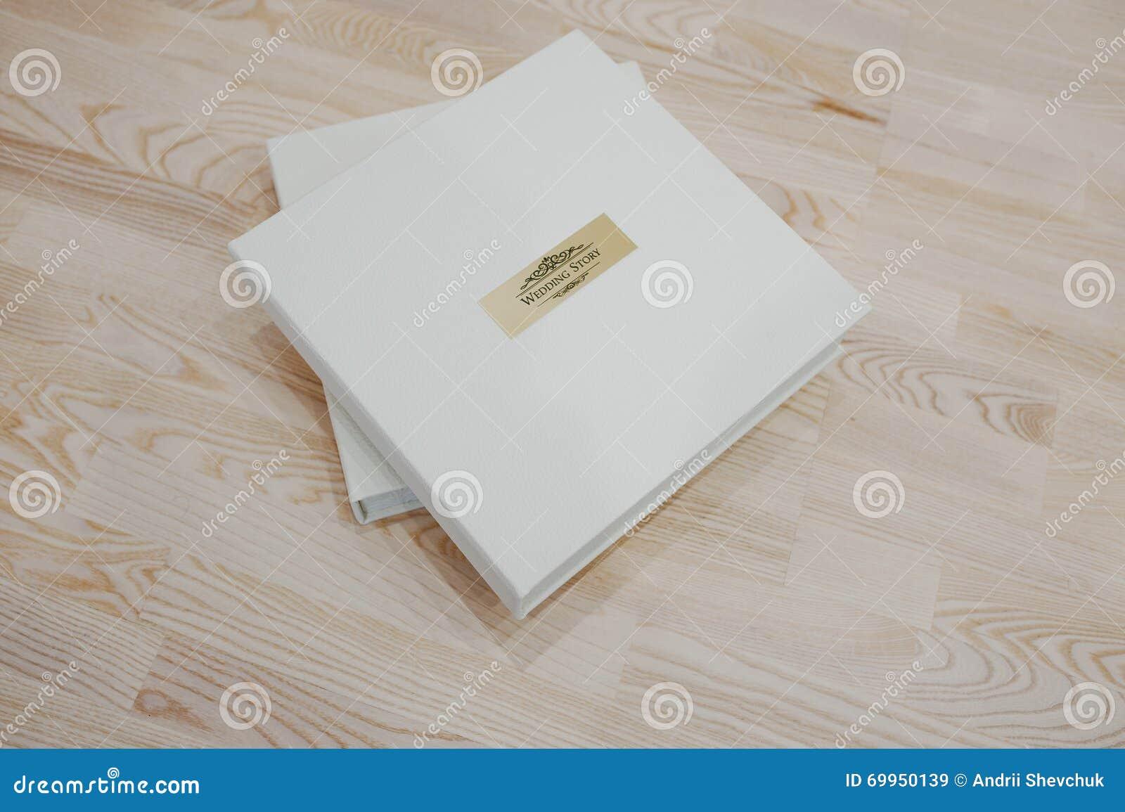 Hochzeitsfotobuch Und Album Auf Holzernem Hintergrund Stockbild