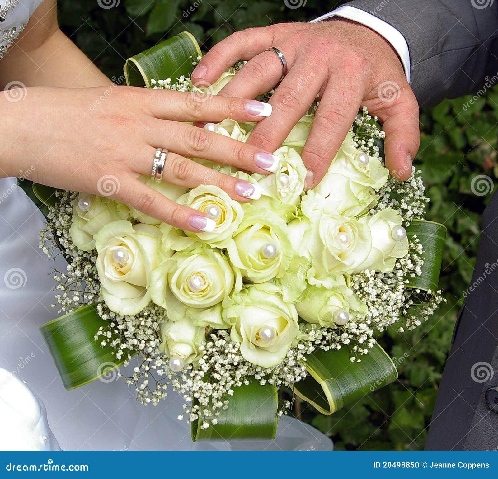 Hochzeitshande Und Ringe Auf Blumen Stockfoto Bild Von Hochzeit