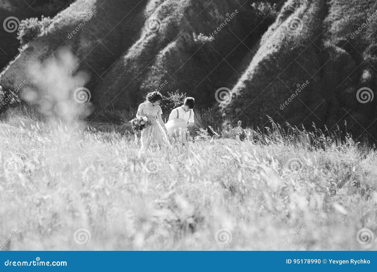 Hochzeitspaare auf Natur Braut und Bräutigam, die an der Hochzeit umarmen