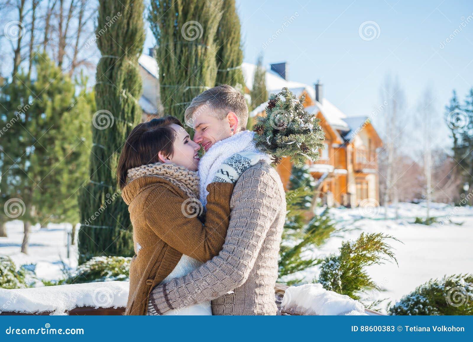 Hochzeitspaare in einem auffälligen verwelken Tag, Holding, rustikales Artkurzschluss-Hochzeitskleid Mädchen Brunette schöner Bra