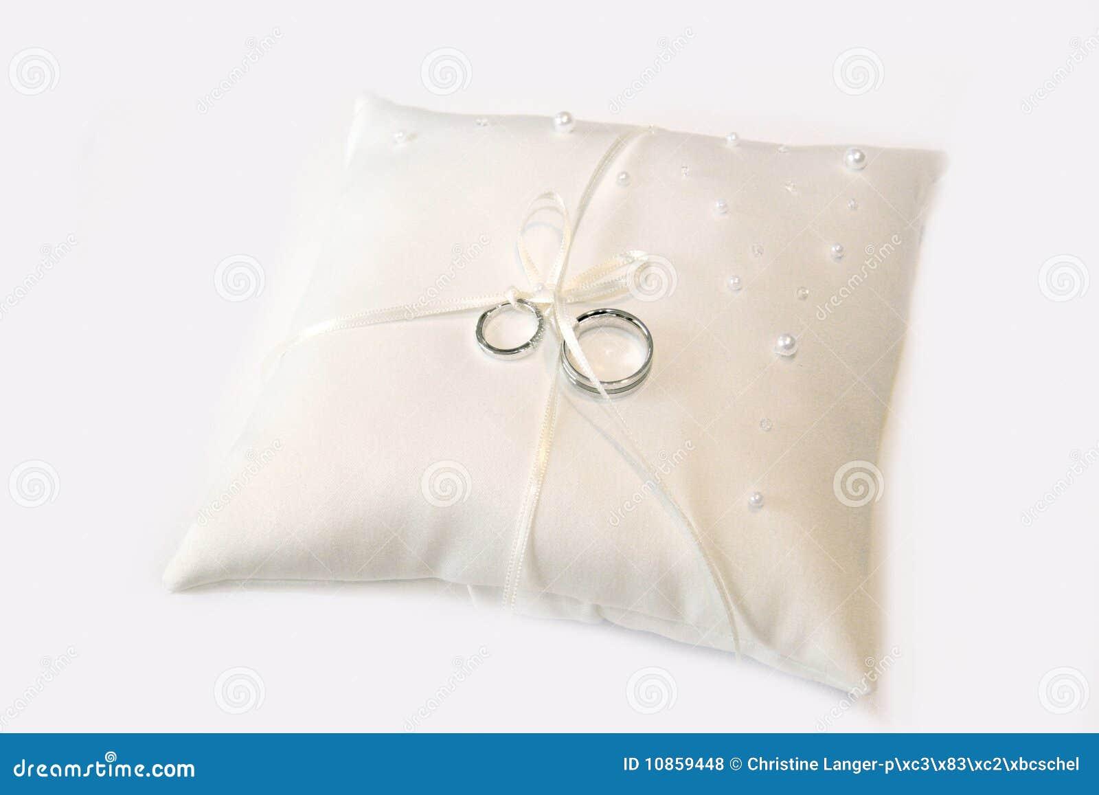 Hochzeitsringe Auf Einem Kissen Stockfoto Bild Von Romantisch