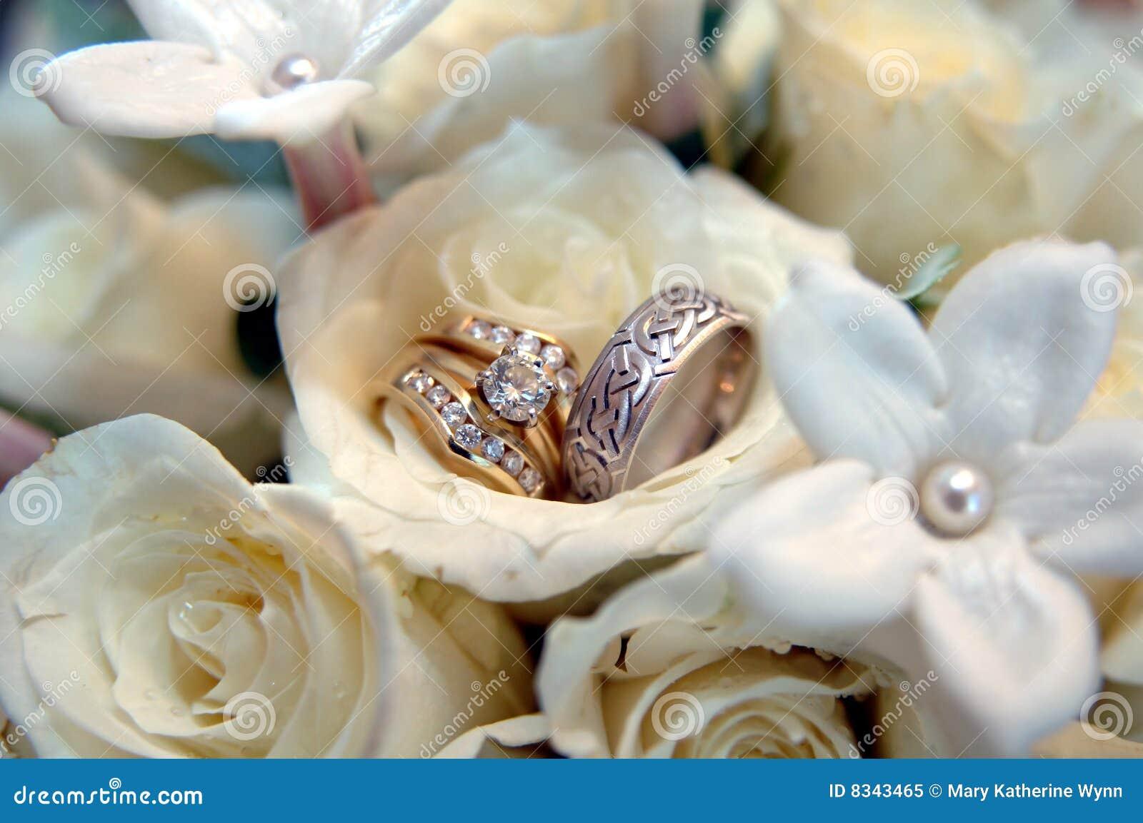 Hochzeitsringe In Den Weissen Blumen Stockbild Bild Von Hochzeit