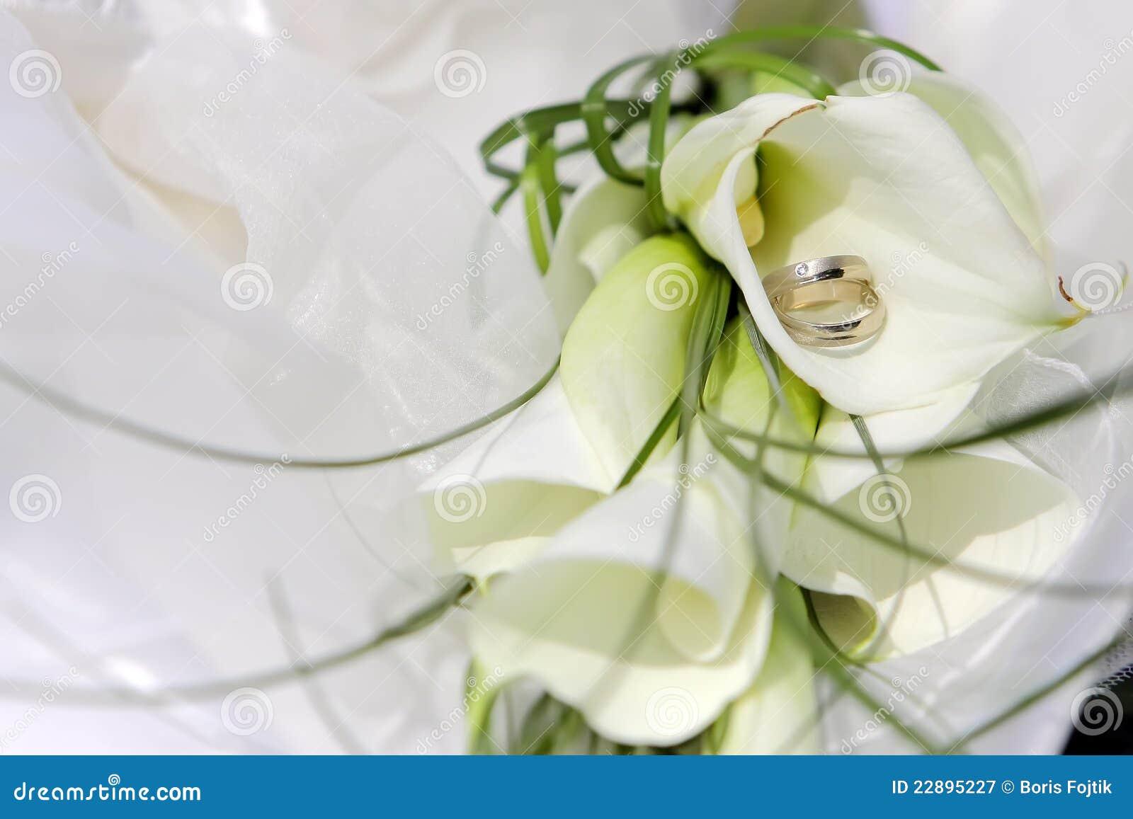 Hochzeitsringe Mit Blumen Stockbild Bild Von Falle Gluck 22895227