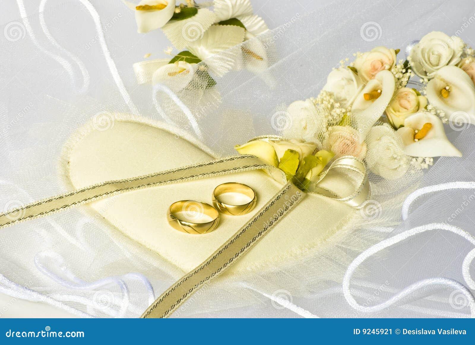 Hochzeitsringe Und Blumen Uber Schleier Stock Abbildung