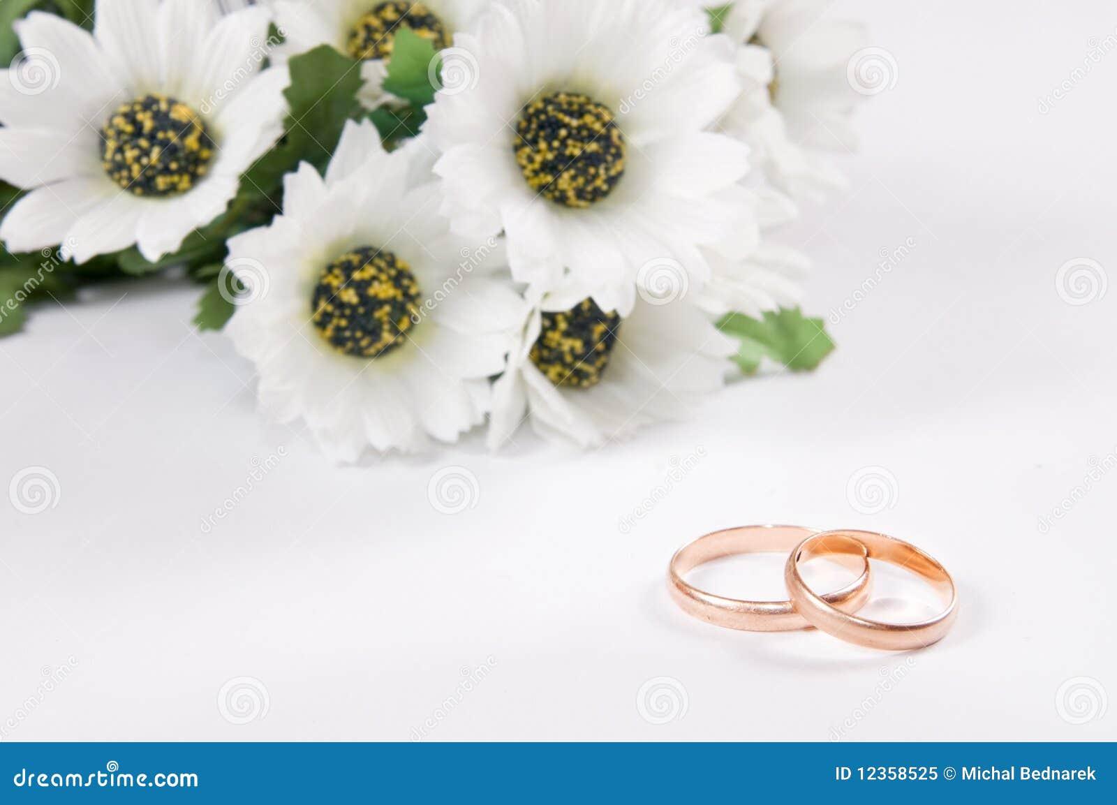 Hochzeitsringe Und Blumen Stockbild Bild Von Liebe 12358525