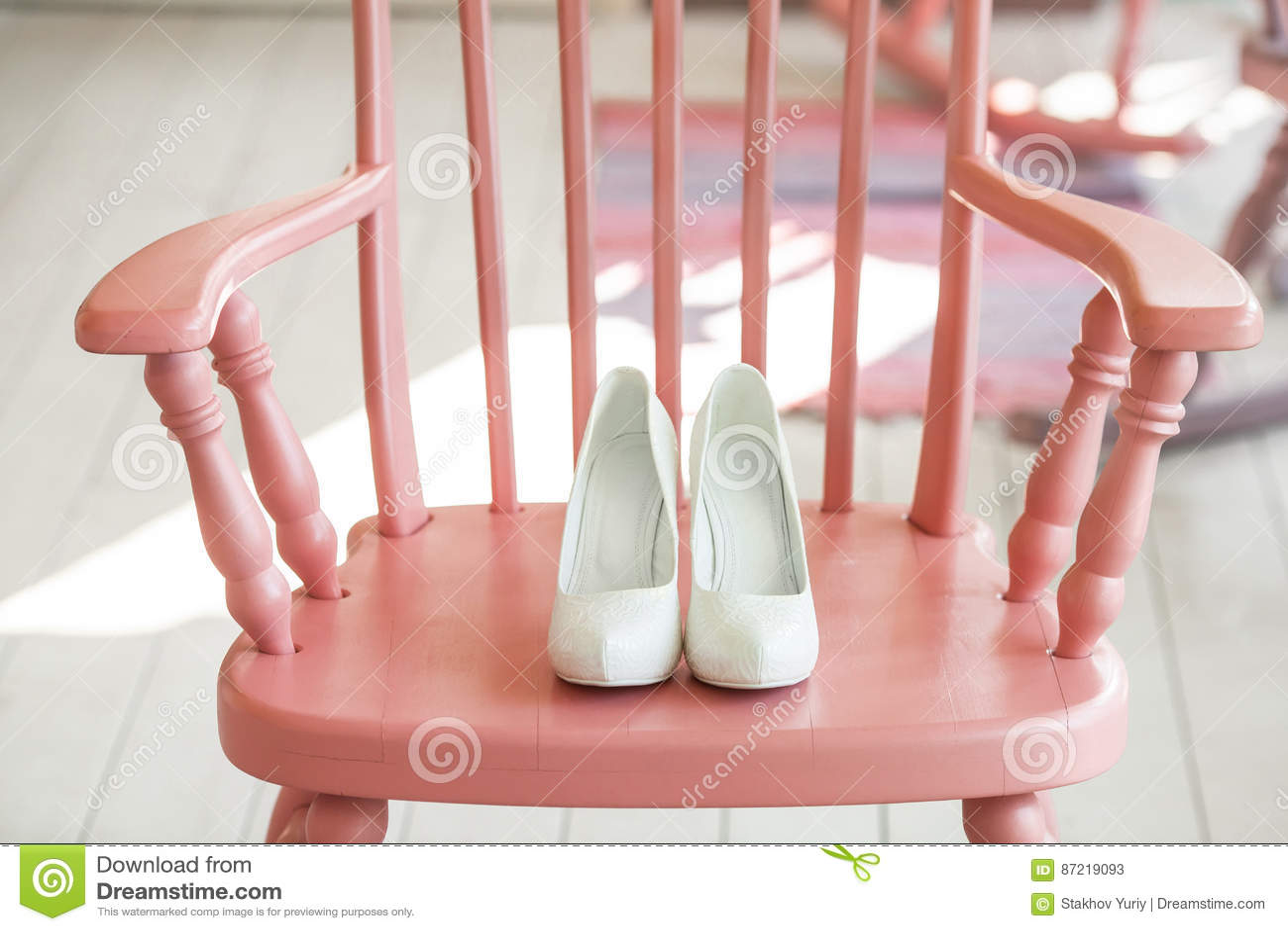 Hochzeitsschuhe Der Frauen Auf Rosa Stuhl Stockbild Bild Von