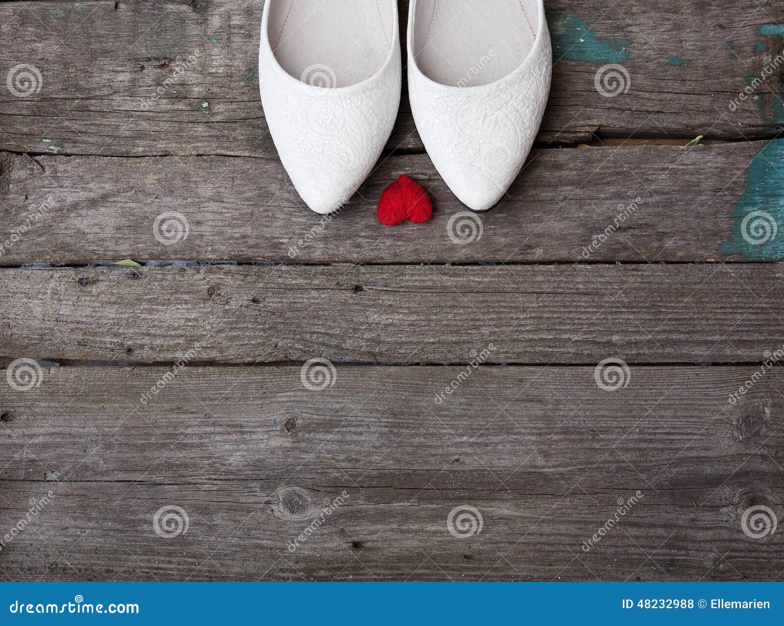Hochzeitsschuhe Und Rotes Herz Auf Holzernem Hintergrund Stockfoto