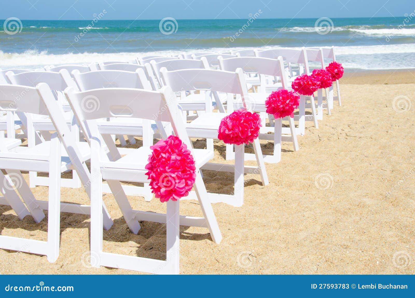 Hochzeitsstühle auf dem Strand