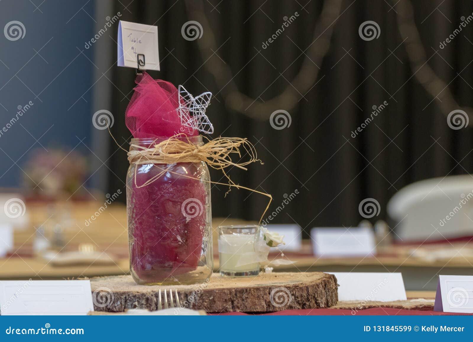 Hochzeitstafel-Einstellungs-Tischbesteck mit hölzerner Servierplatte und Mason Jar