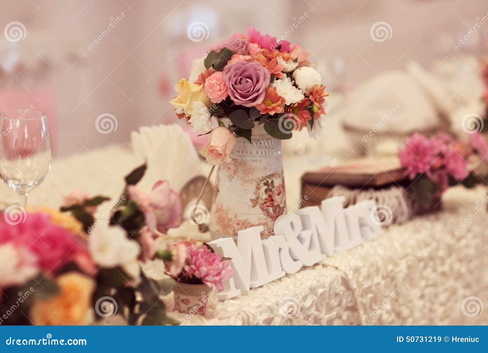 hochzeitstafel mit mr mrs leetters stockfoto bild 50731219. Black Bedroom Furniture Sets. Home Design Ideas