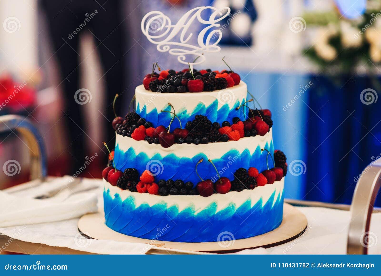 Hochzeitstorte In Der Weissen Blauen Glasur Mit Frischen