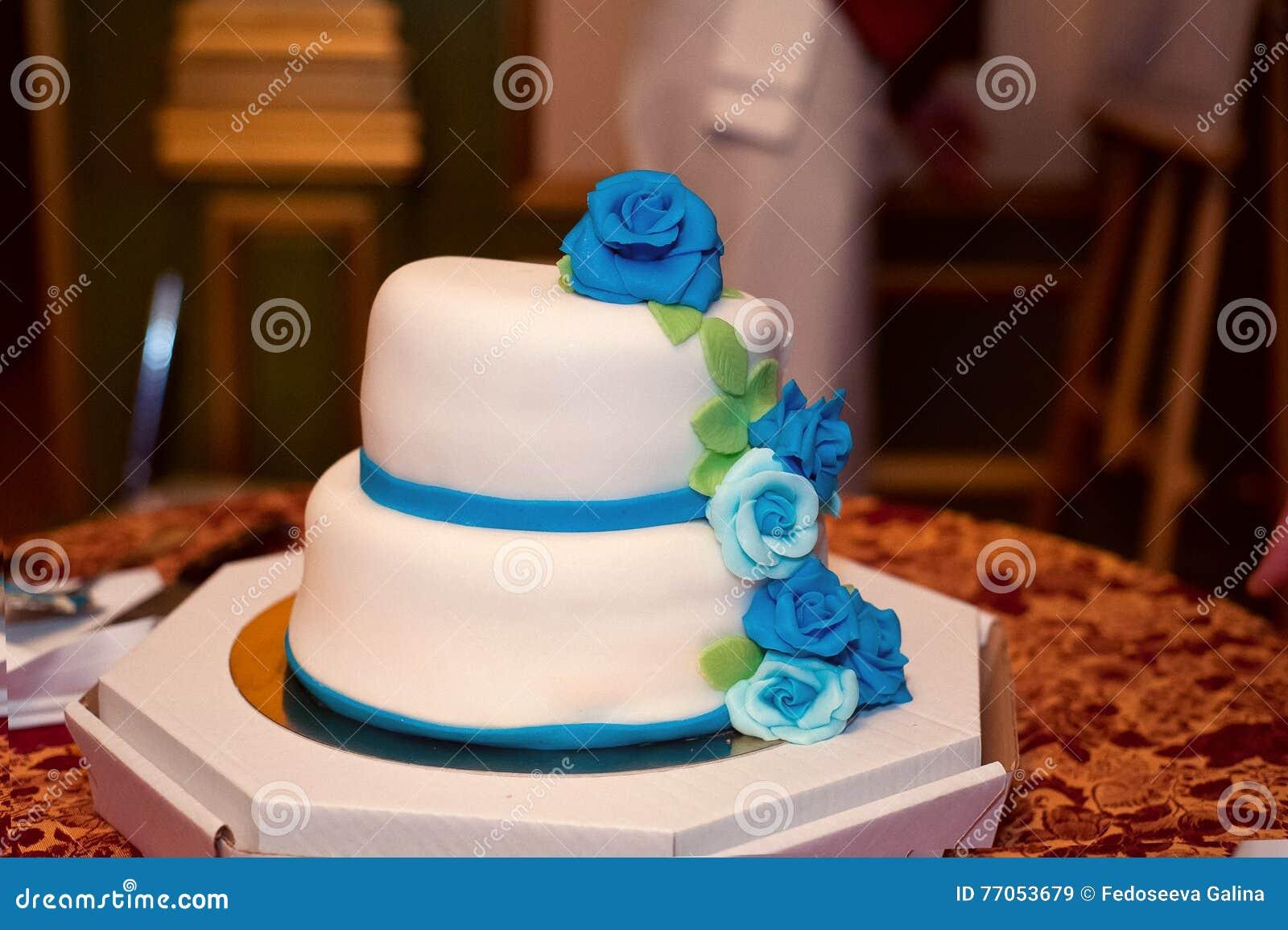 Hochzeitstorte Im Weissen Bereifen Mit Blau Und Turkisrosen