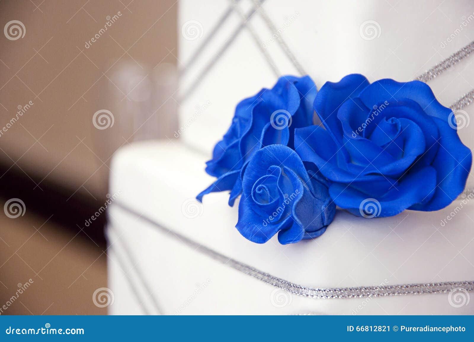 Hochzeitstorte Mit Blauen Rosen Stockbild Bild Von Blume Feier