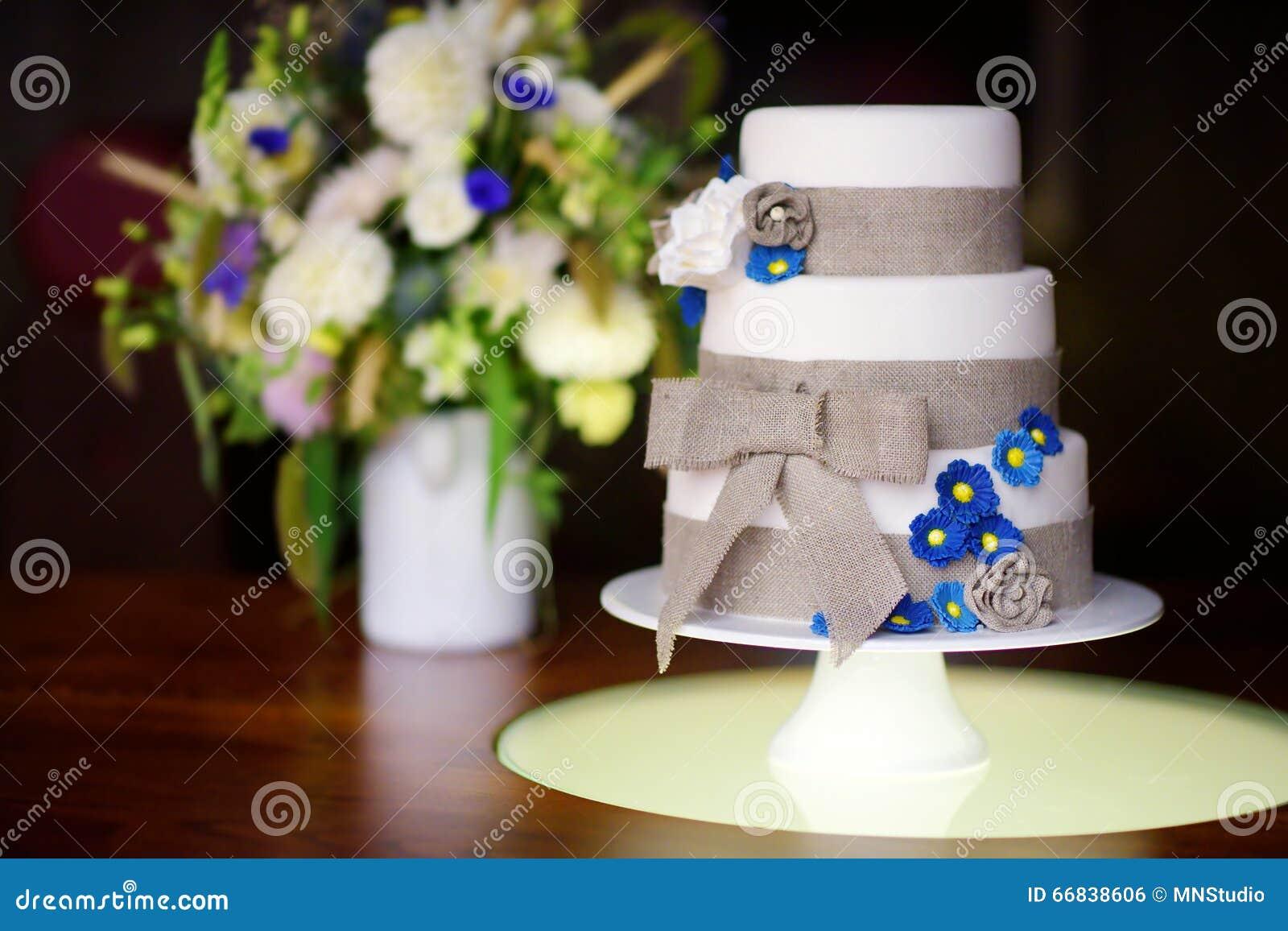 Hochzeitstorte Mit Drei Geschichten Verziert Mit Blauen Blumen