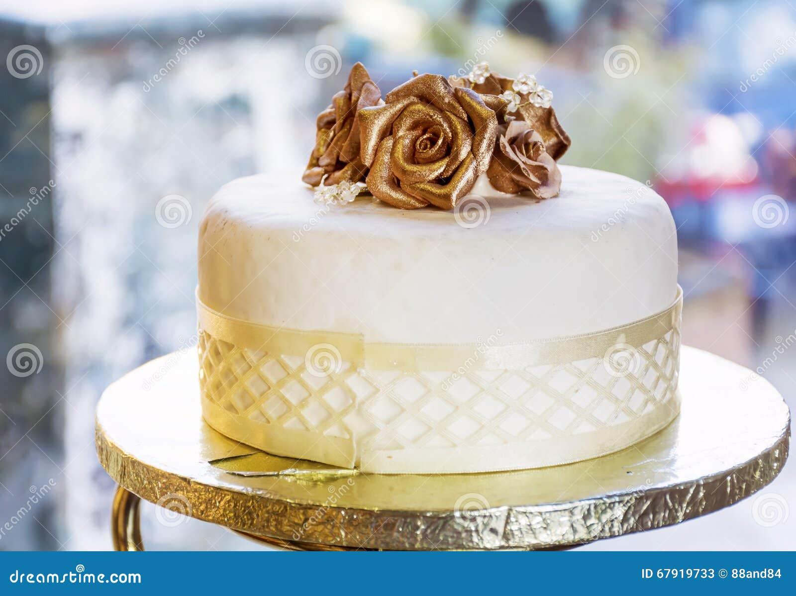 Hochzeitstorte Mit Goldenen Rosen Stockbild Bild Von Dekorativ