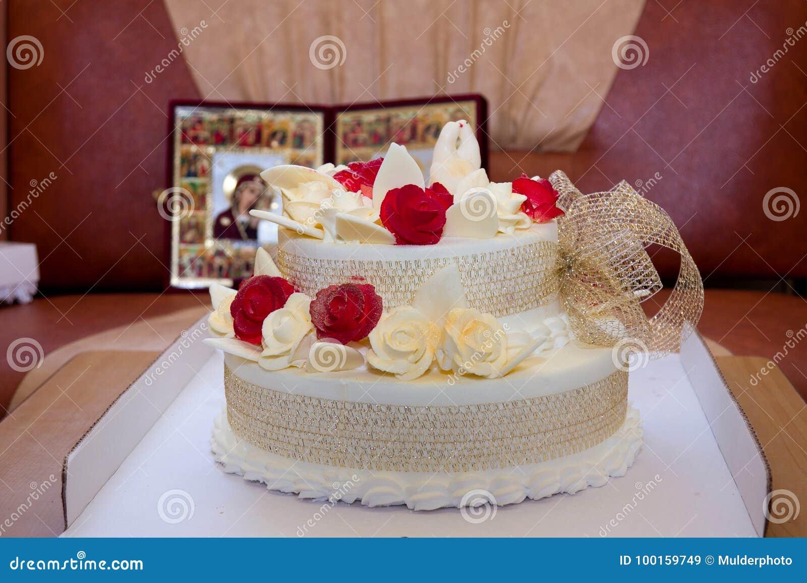 Hochzeitstorte Mit Rosen Und Vogeln Auf Ikonenhintergrund Stockbild