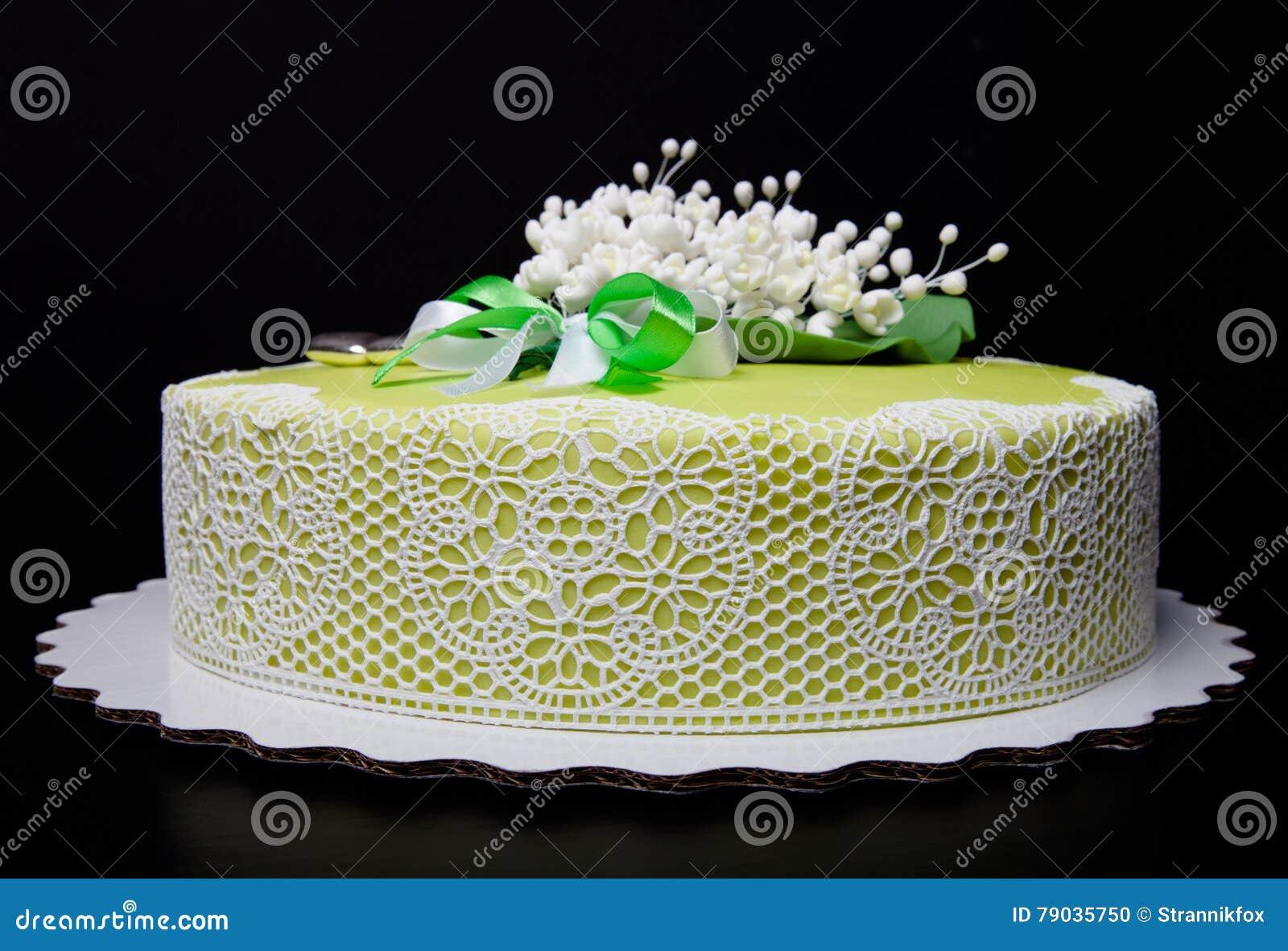 Hochzeitstorte Mit Spitze Und Blumen Auf Grunem Hintergrund