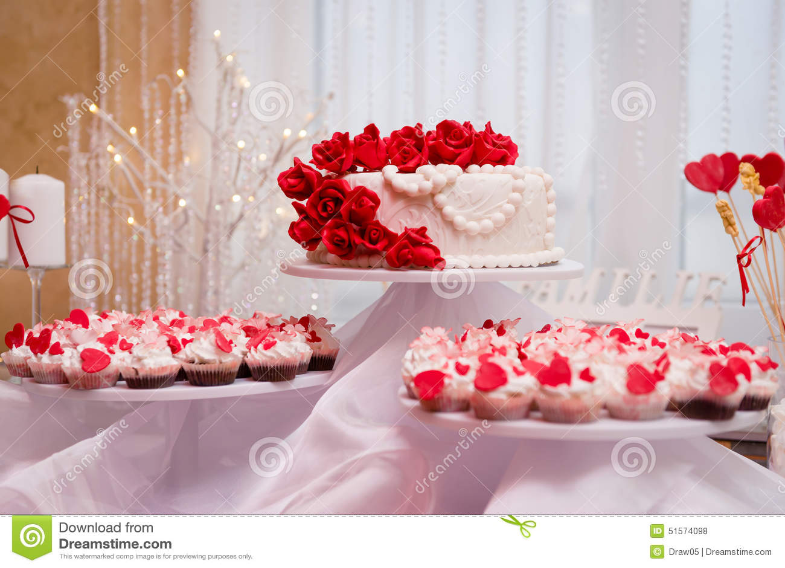 Hochzeitstorte Und Kleine Kuchen In Der Dekoration Stockfoto Bild