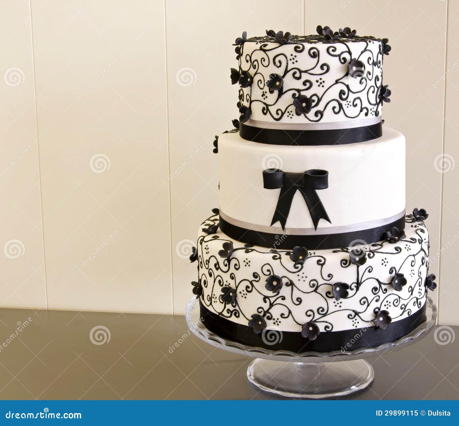 Hochzeitstorte verziert mit Fondant auf einer Tabelle.