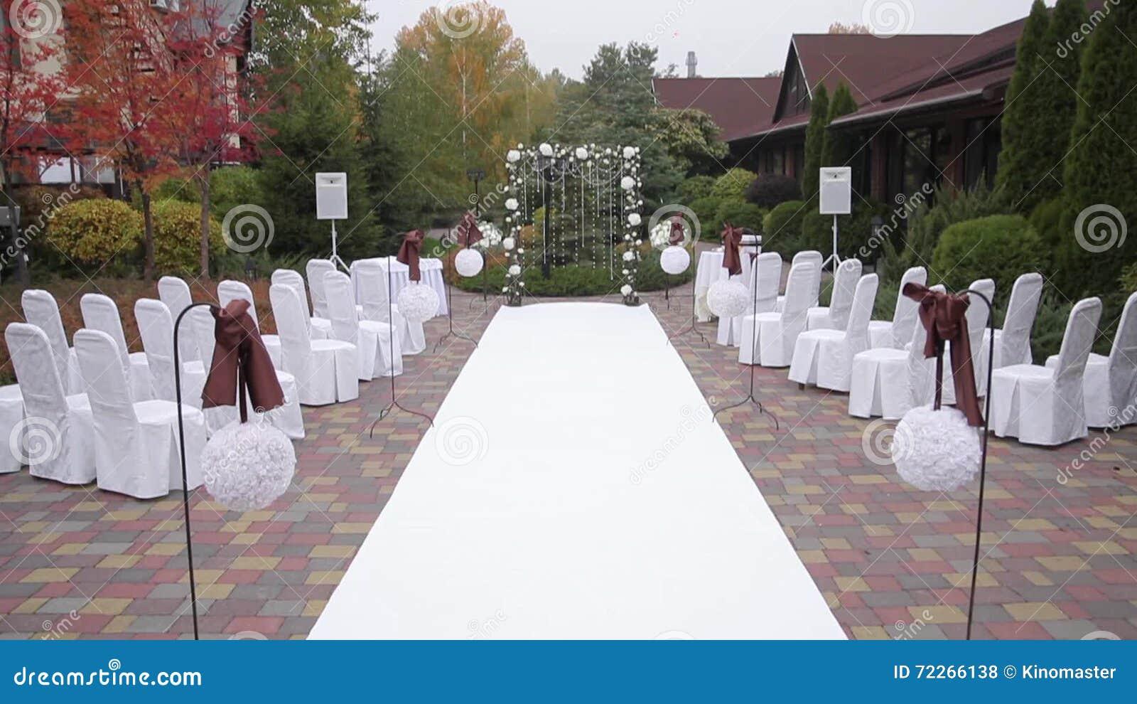 Hochzeitszeremonie Draussen Stuhle In Den Abdeckungen Stock Footage