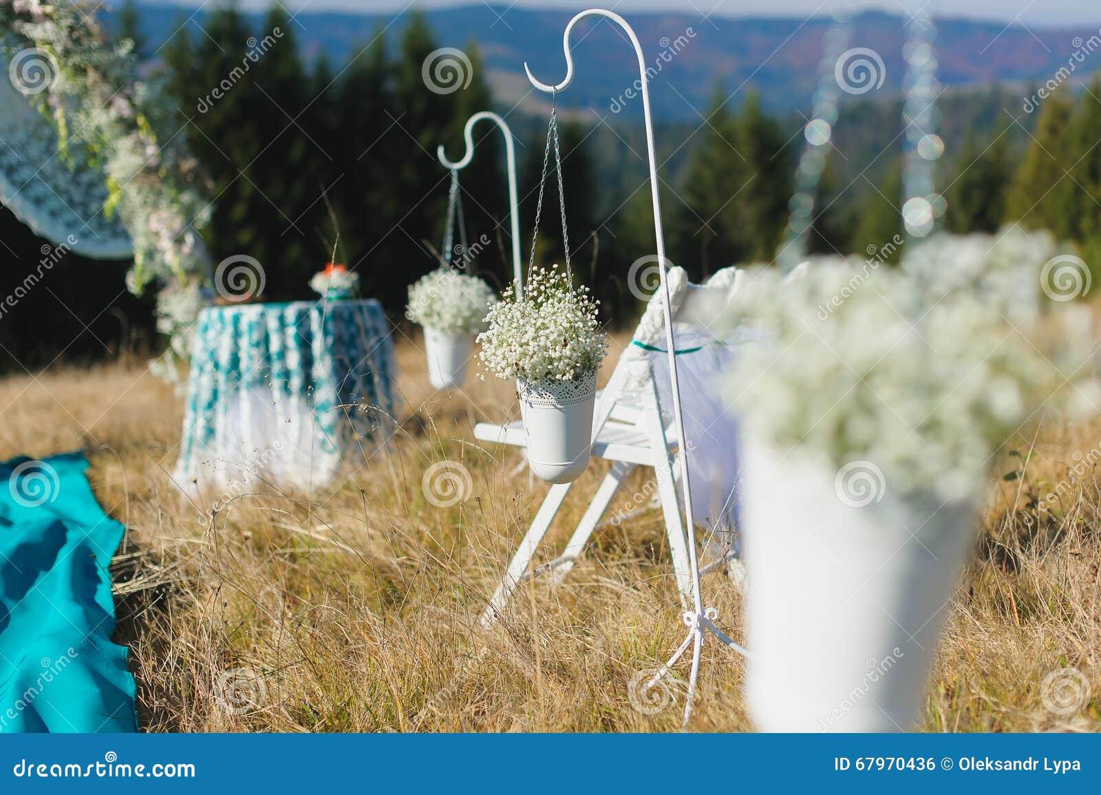 Hochzeitszeremonieszene im Freien auf einem Berghang