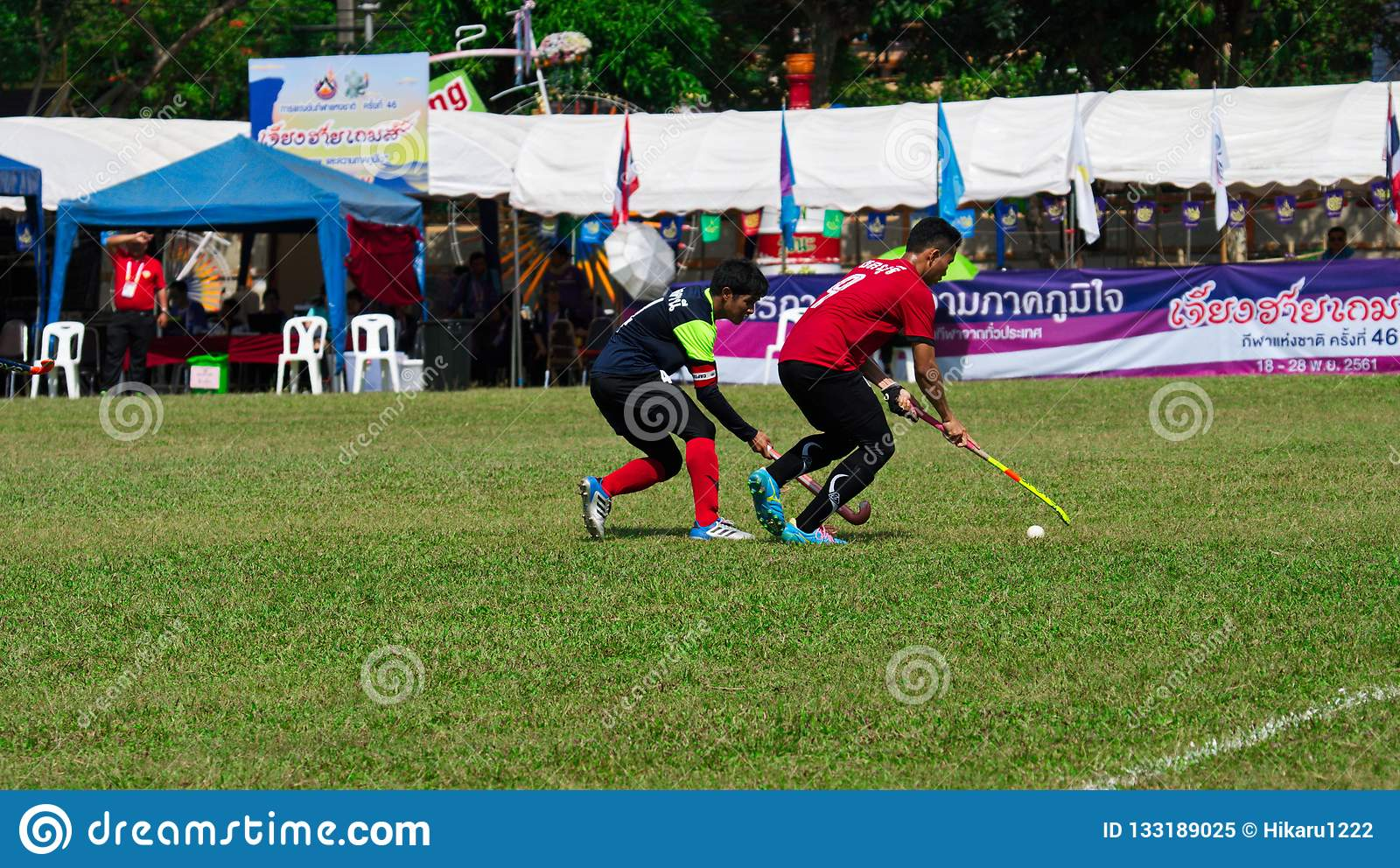 Hockey al aire libre Jugador de hockey en la acción durante los juegos nacionales de Tailandia