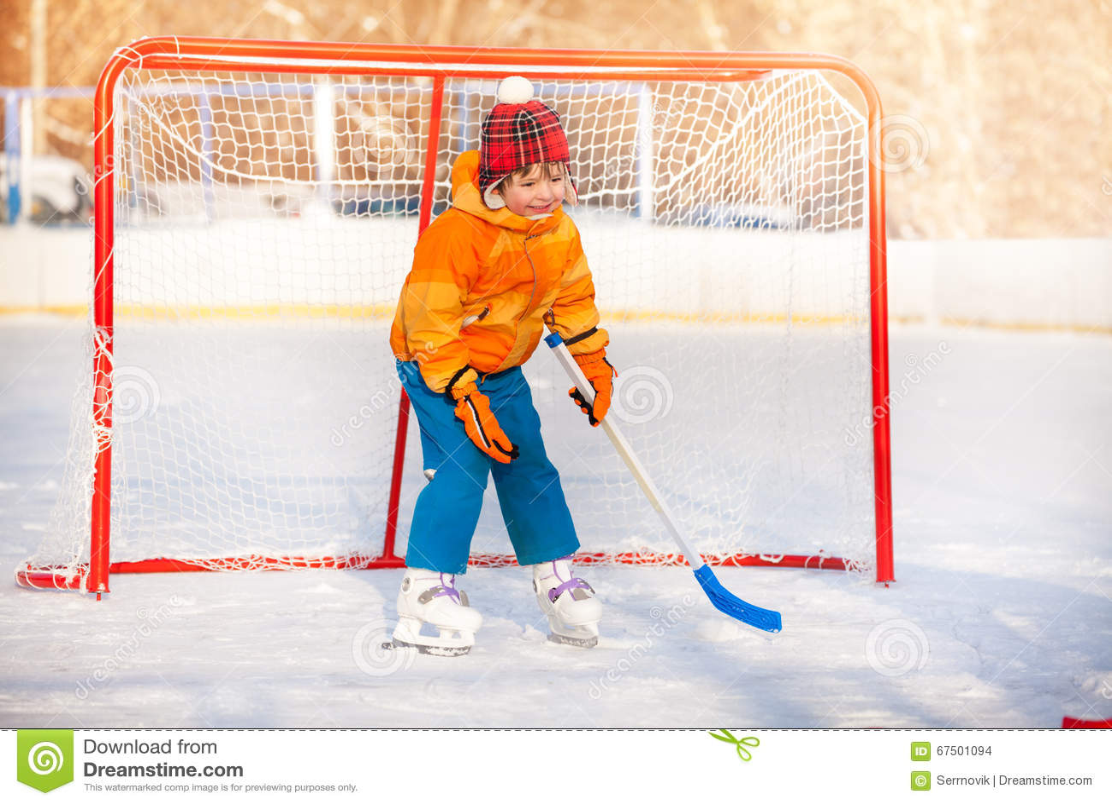 Hockey Sur Glace De Jeu De Gardien De But De Petit Garçon Photo ... 05fdda3aec5