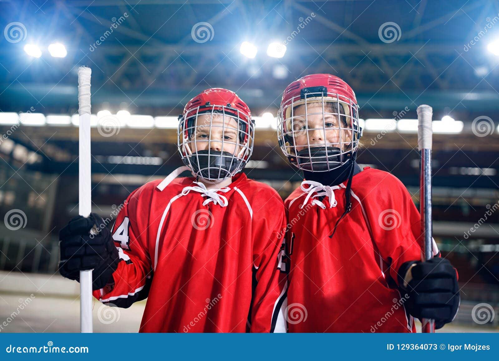 Hockey sur glace - joueurs de garçons de portrait