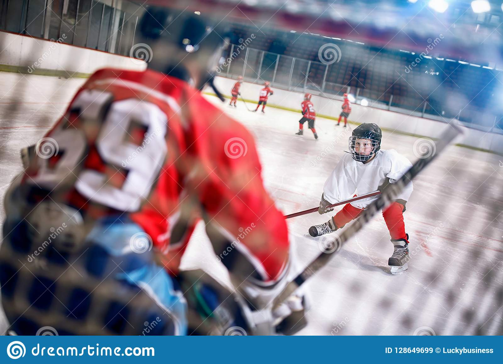 Hockeymatch am Eisbahnenspieler greift Torhüter an