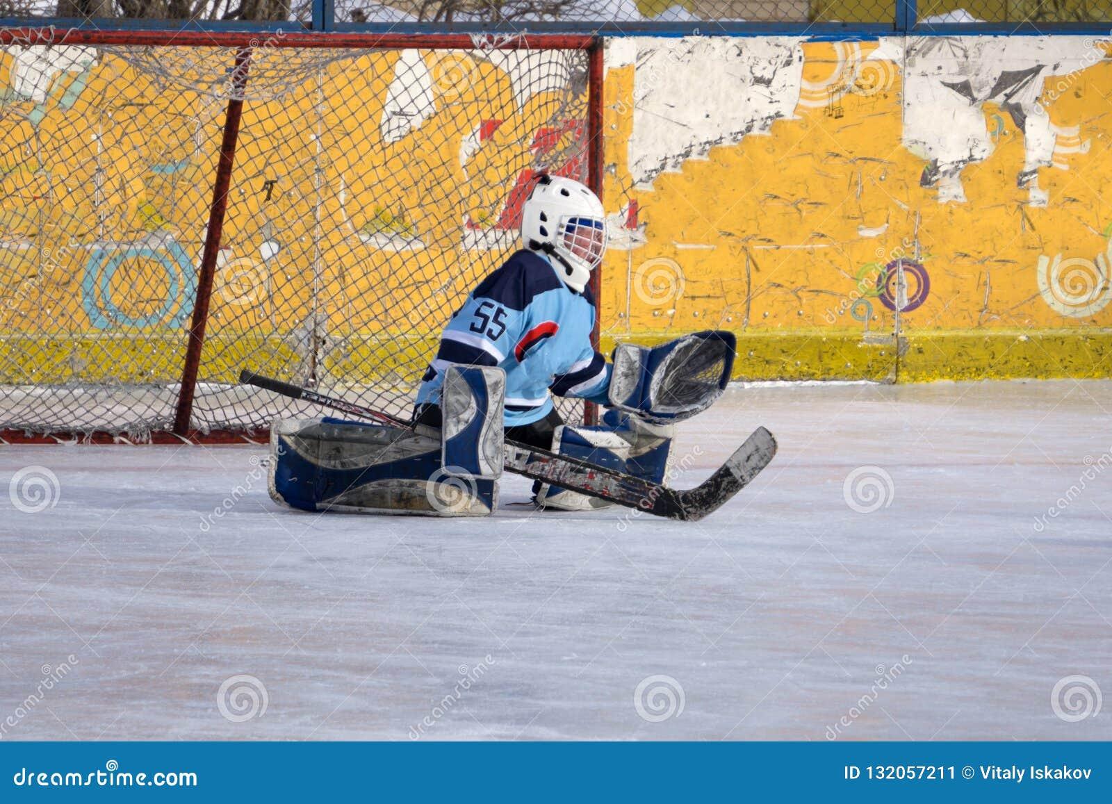 Hockeyspieler schießt den Kobold und die Angriffe