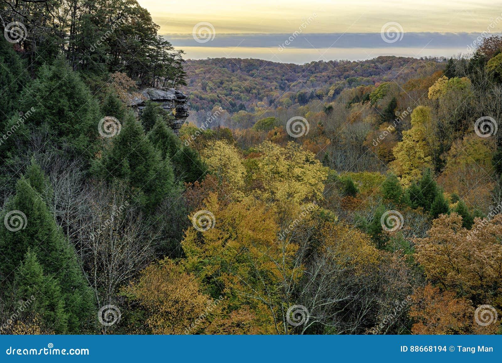 Hocking wzgórzy wschód słońca w Ohio w jesieni