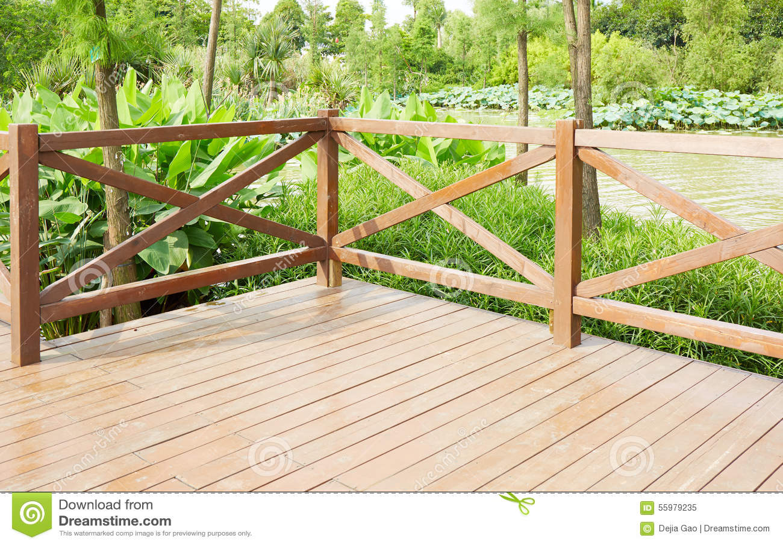 Hoek van houten terras door rivieroever stock foto afbeelding 55979235 - Terras hout ...