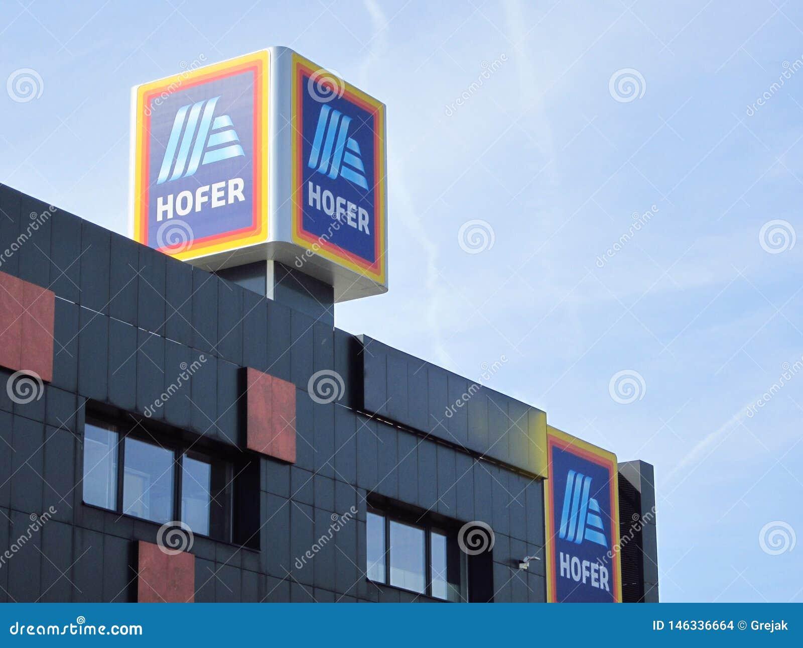 Hofer znak przeciw niebieskiemu niebu Aldi firma macierzysta