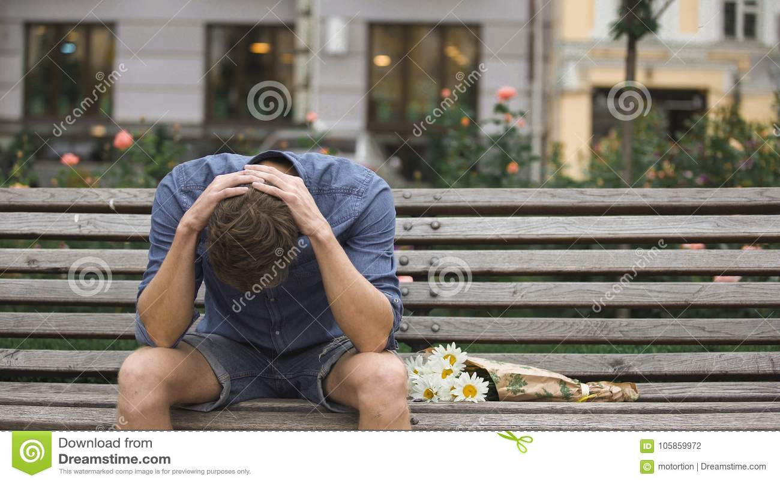 Hoffnungsloser Junger Mann, Der Allein Auf Bank, Leidende Krise Nach Trennung Sitzt Stockfoto
