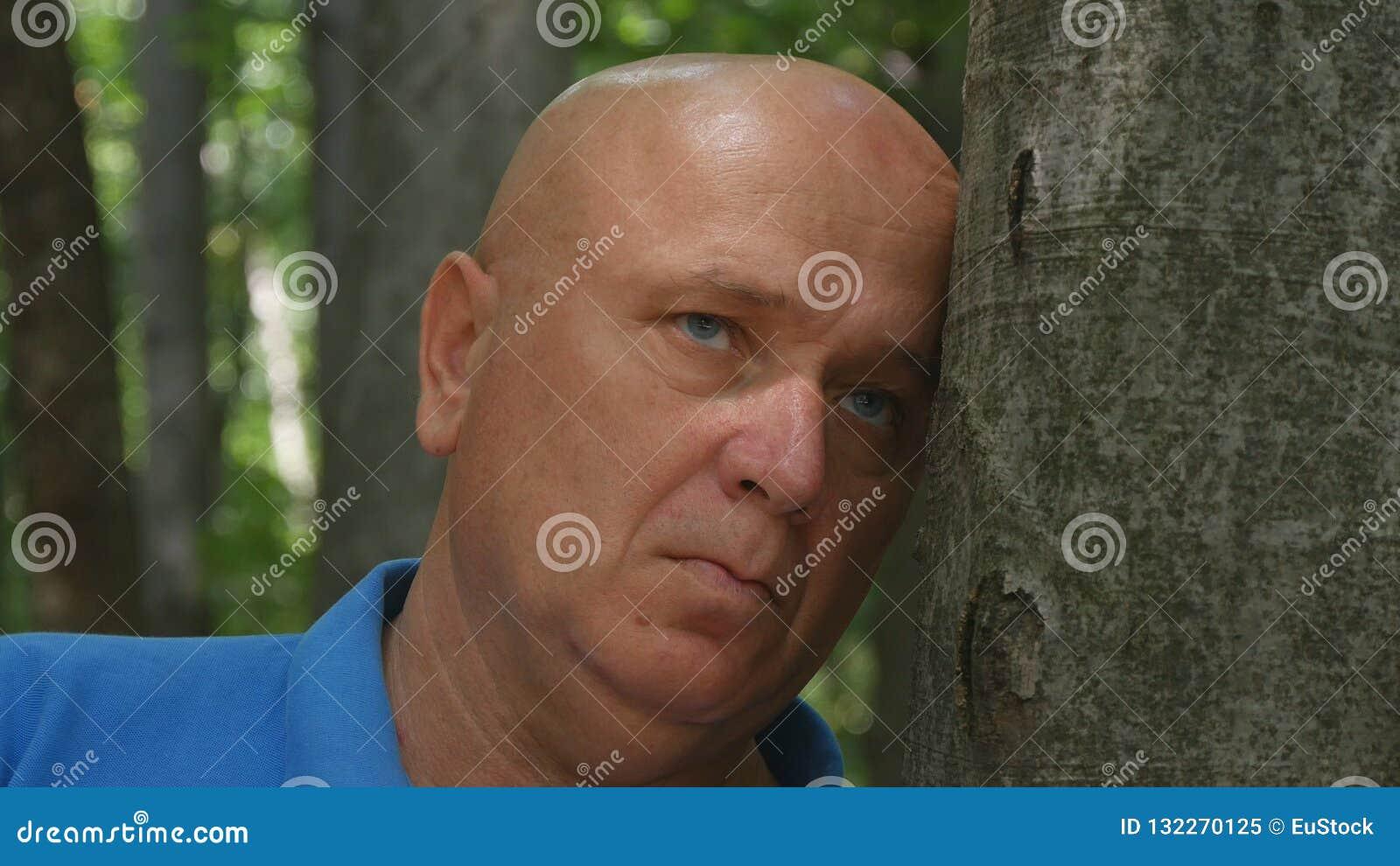 Hoffnungsloses Mann-Bild in einem Gebirgswald