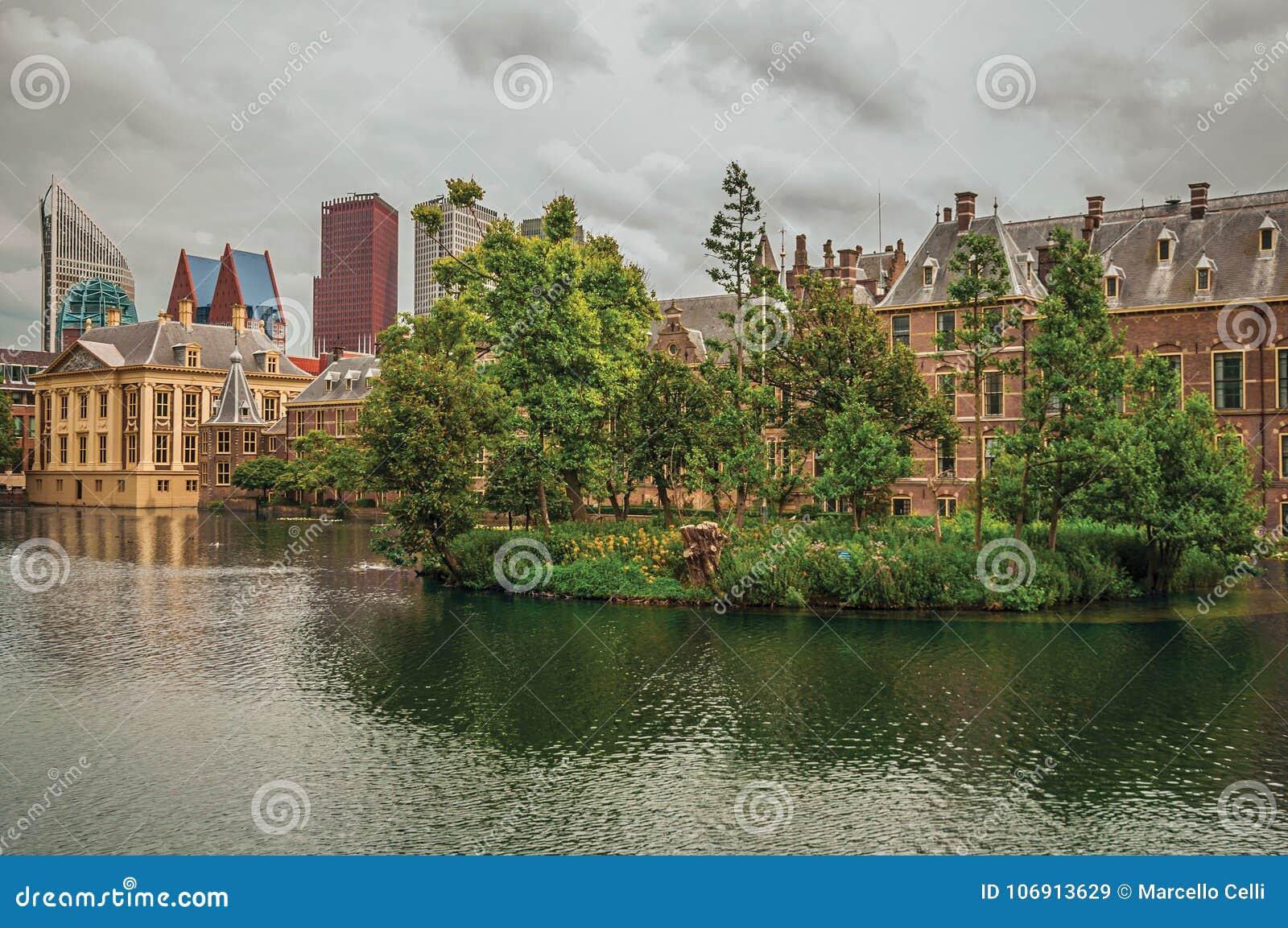 Hofvijver jezioro z Binnenhof Gockimi rządowymi drapaczami chmur w Haga i budynkami