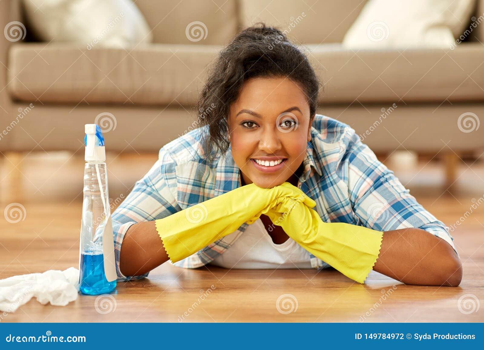 Hogar afroamericano de la limpieza de la mujer