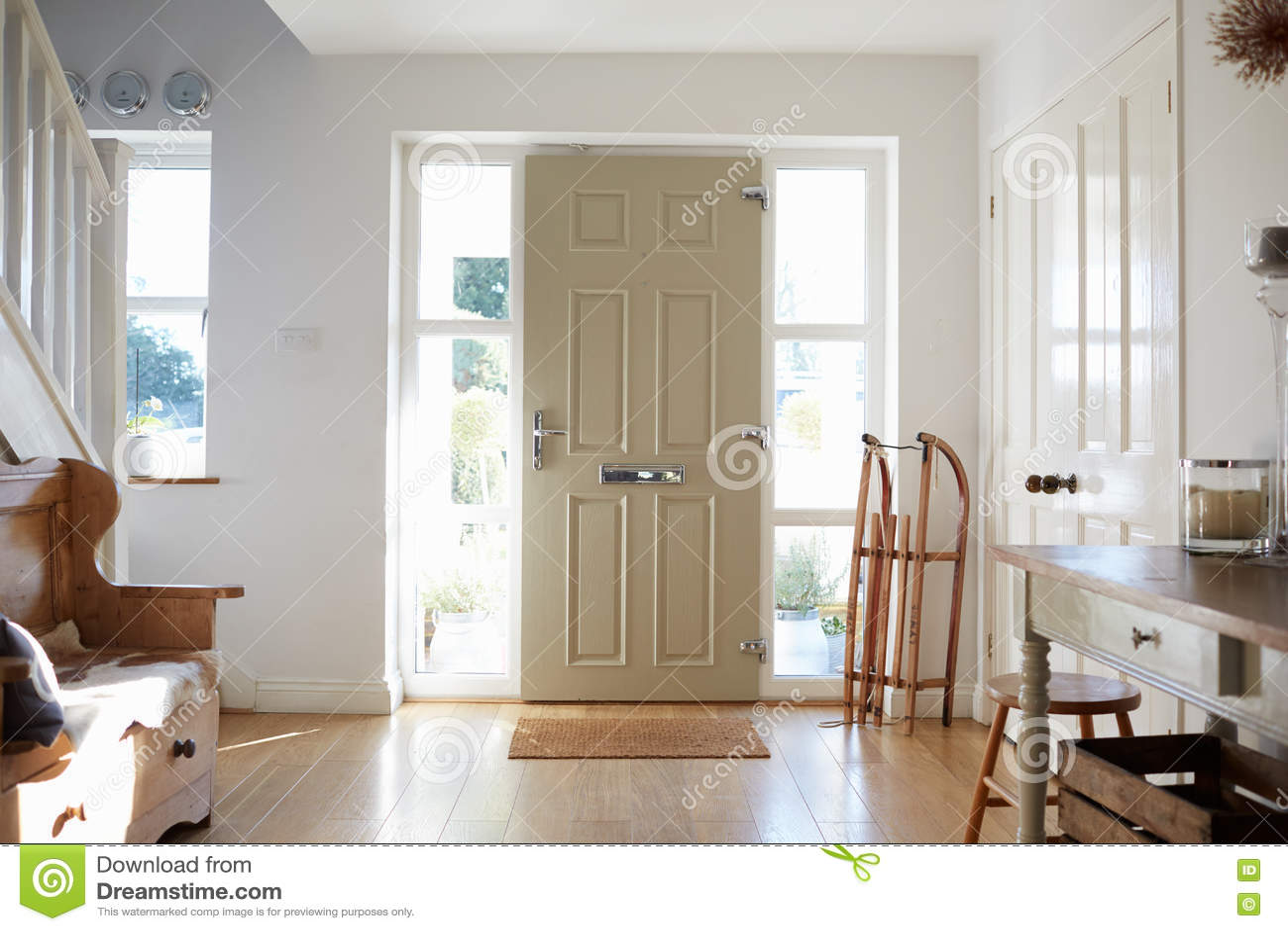 Hogar de Front Door Of Contemporary Family