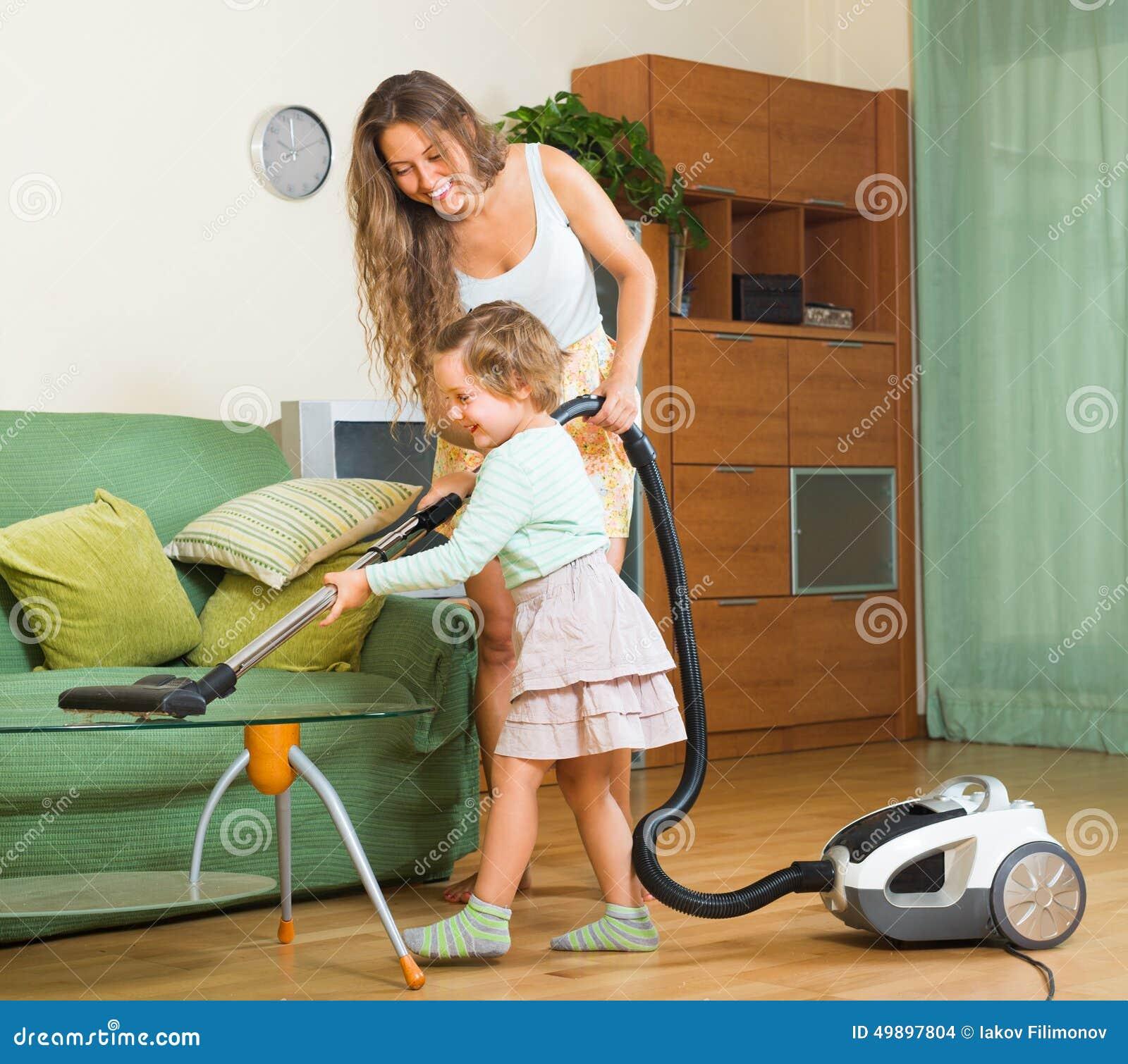 Hogar de la limpieza de la familia con el aspirador foto - Limpieza de hogares ...