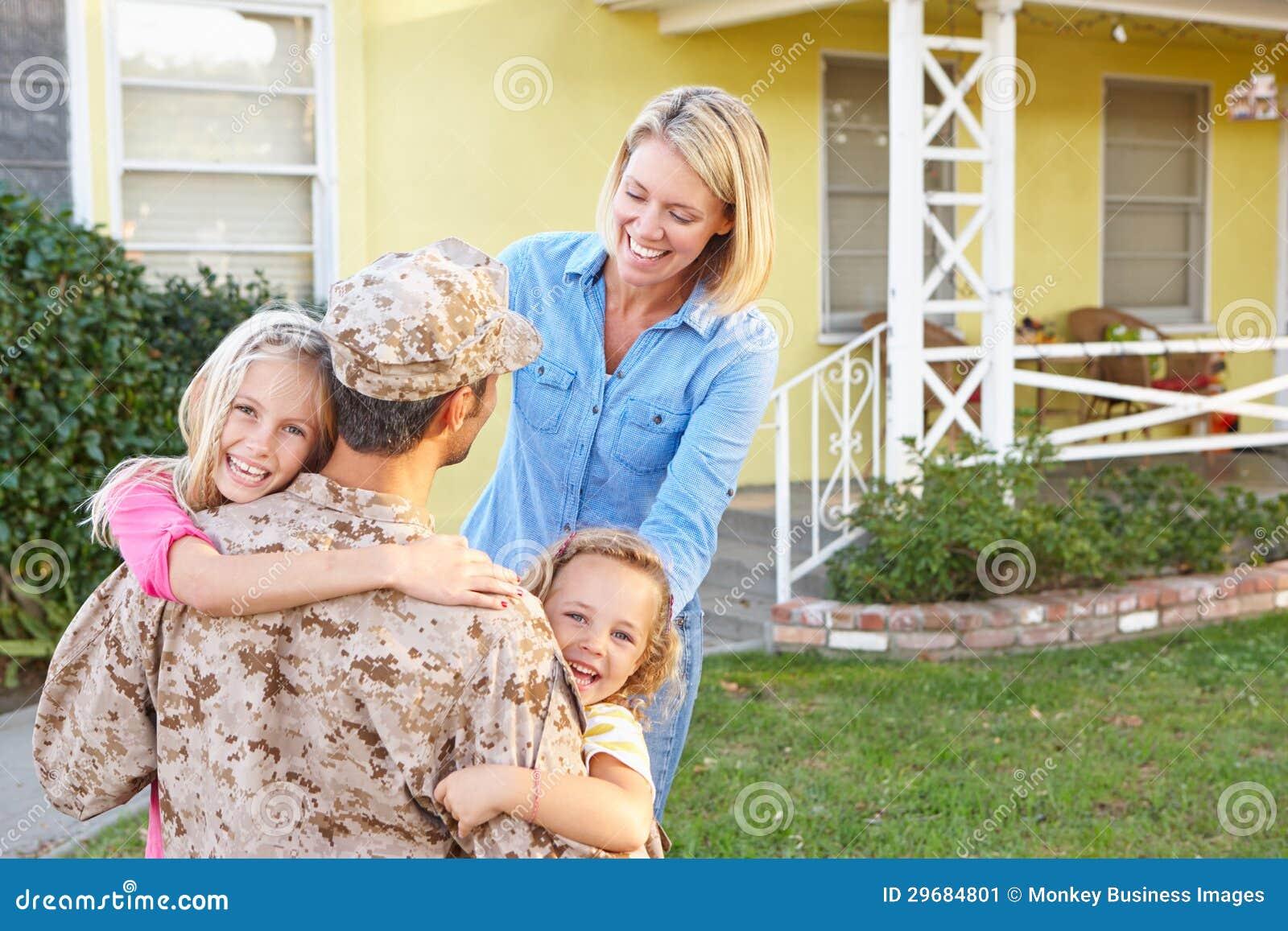 Hogar del marido de la familia que da la bienvenida en licencia del ejército
