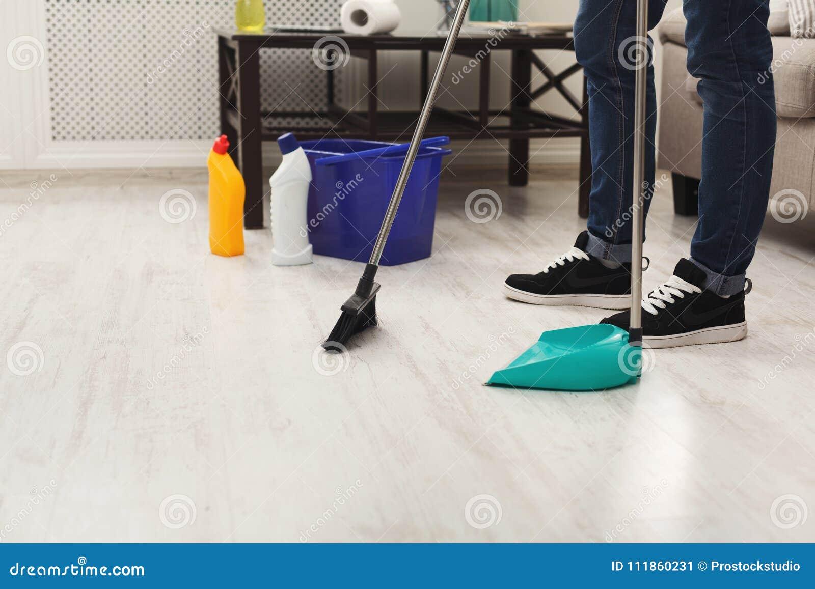 Hogar Irreconocible De La Limpieza Del Hombre, Barriendo Imagen de ...