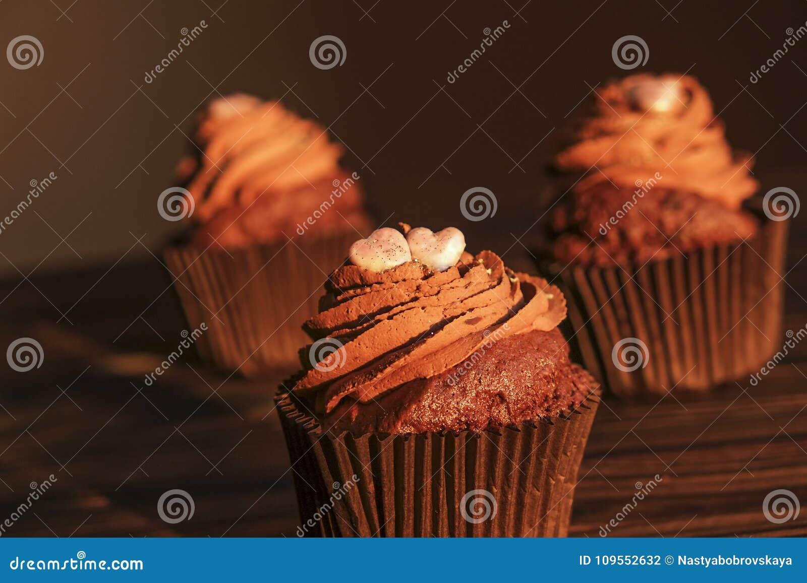 Hogar sabroso hecho dulces cocidos de los molletes del cumpleaños Productos deliciosos de la panadería malos para la figura Dulce