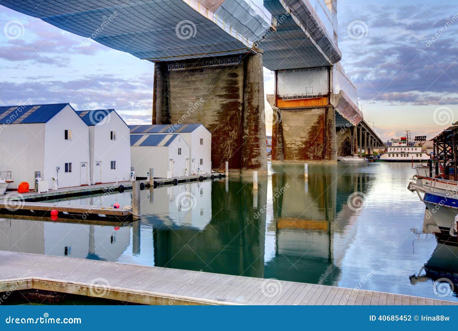 Hogares del agua debajo del puente Tacoma, WA
