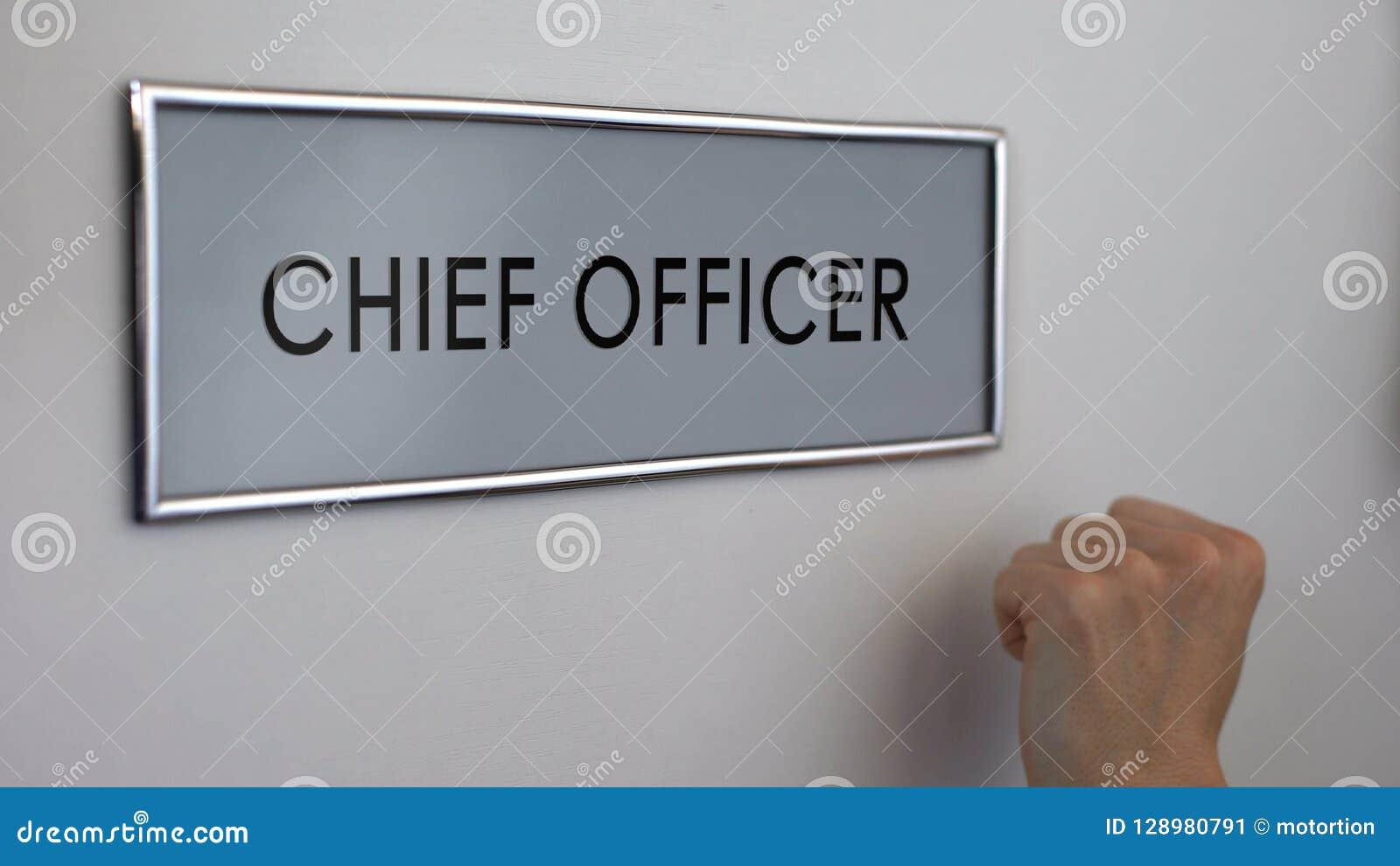 Hoge ambtenaardeur, hand die close-up, financiële manager, leiderspositie kloppen