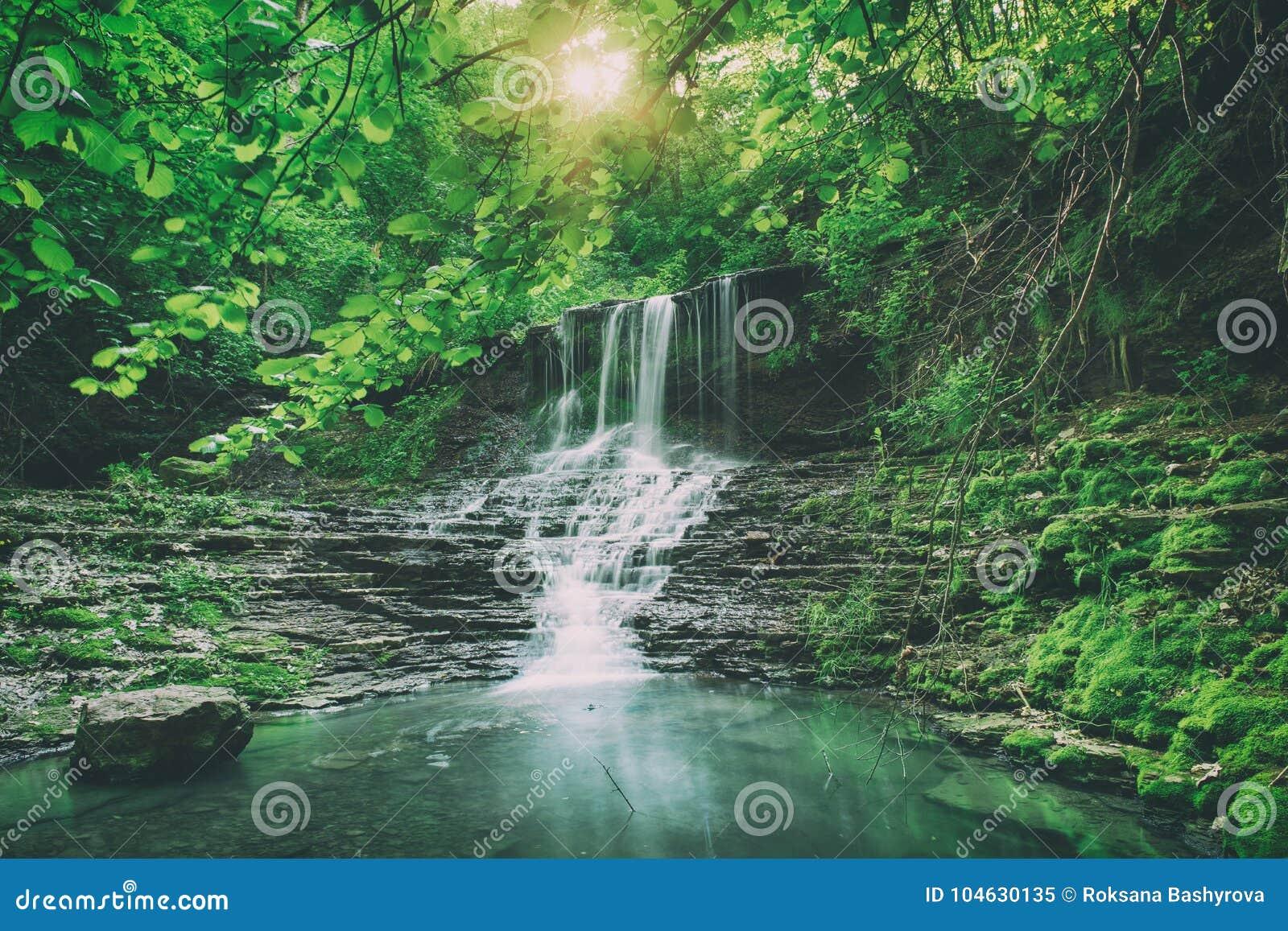 Download Hoge bergwaterval stock afbeelding. Afbeelding bestaande uit achtergrond - 104630135