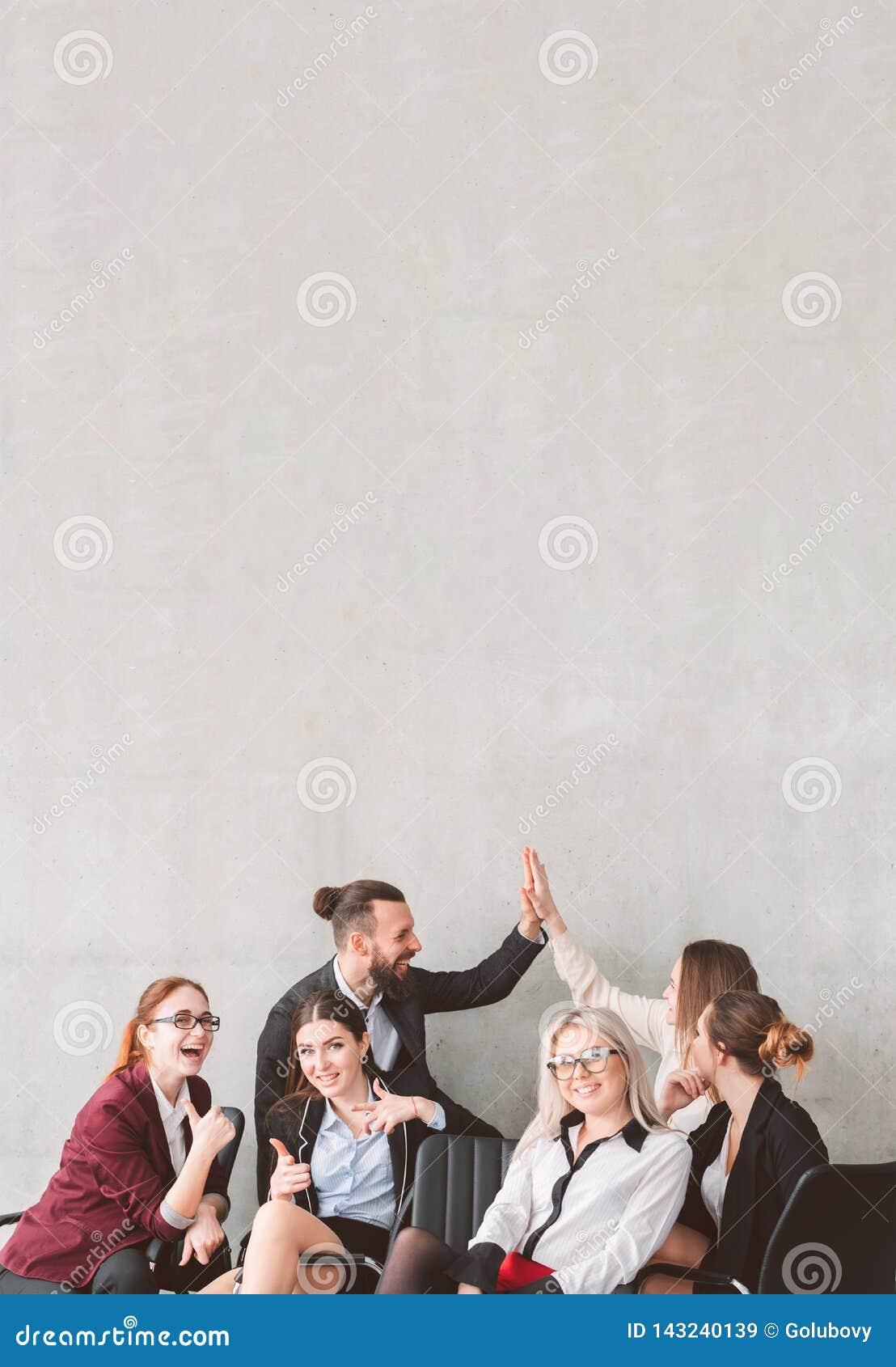 Hoge duim vijf op commercieel team viert succes